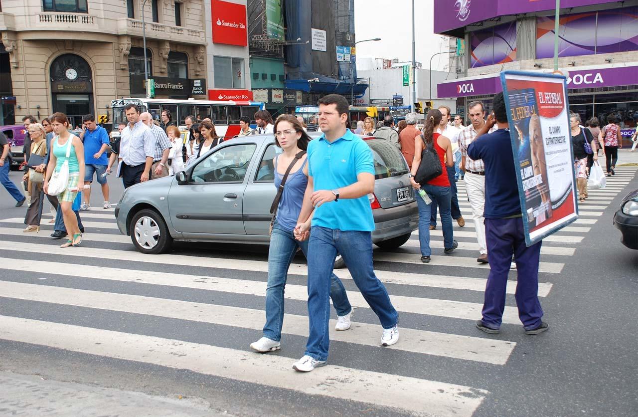 Peatones: 1 de cada 2 cruza distraído