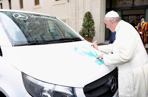 Mercedes-Benz Argentina visitó al Papa y le entregó la primera Vito nacional para Scholas
