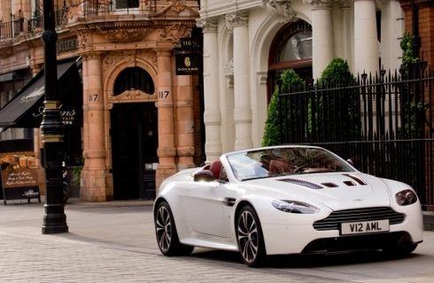 Aston Martin lanzó el V12 Vantage Roadster