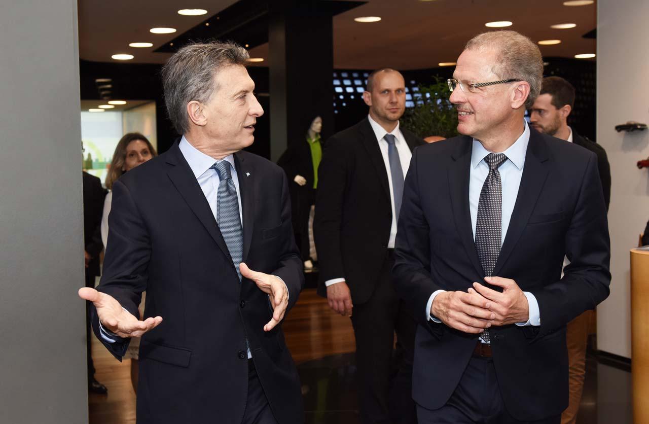 El presidente de la Nación Argentina Mauricio Macri junto a Volker Mornhinweg, Máximo Responsable de la división Vans, durante su encuentro en Berlín, Alemania.