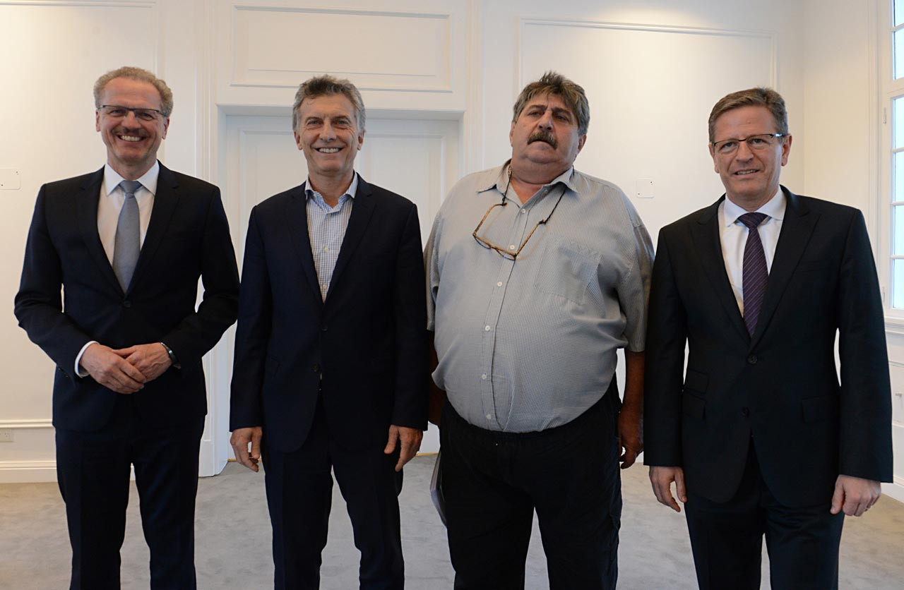 Volker Mornhinweg, responsable mundial de Vans de Daimler; Mauricio Macri; Ricardo Pignanelli, Secretario General de SMATA y Roland Zey.