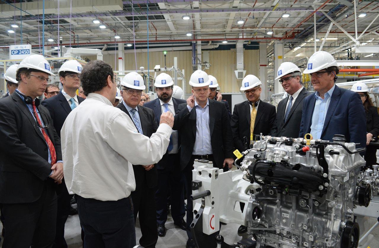 Autoridades de gobierno nacionales y provinciales junto a directivos de GM  recorriendo la planta de motores