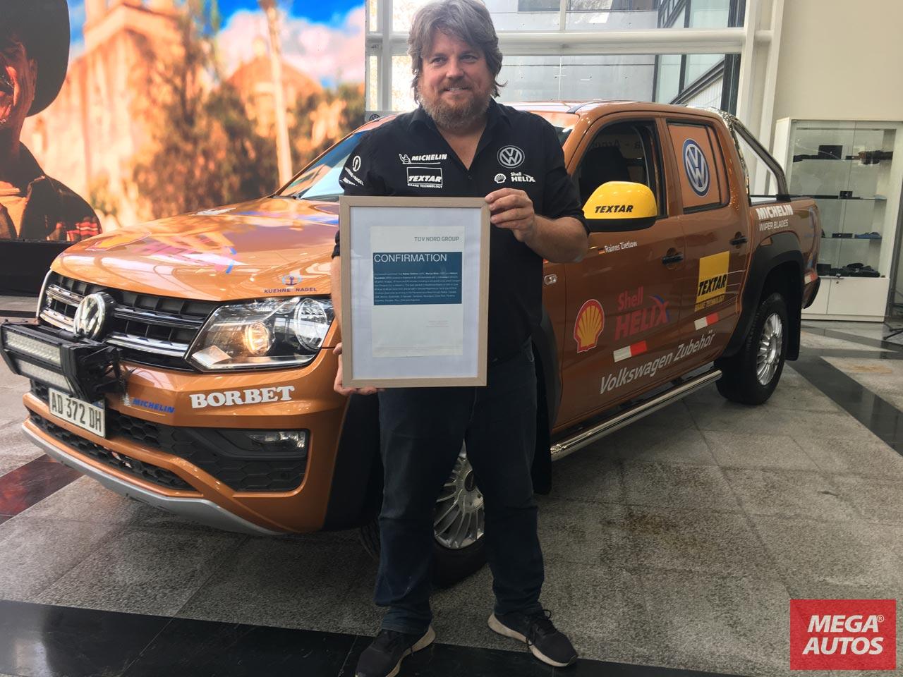 Rainer Zietlow con el certificado de la organización de control de calidad TÜV Nord.