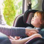 Cómo llevar con seguridad a los niños al viajar en auto